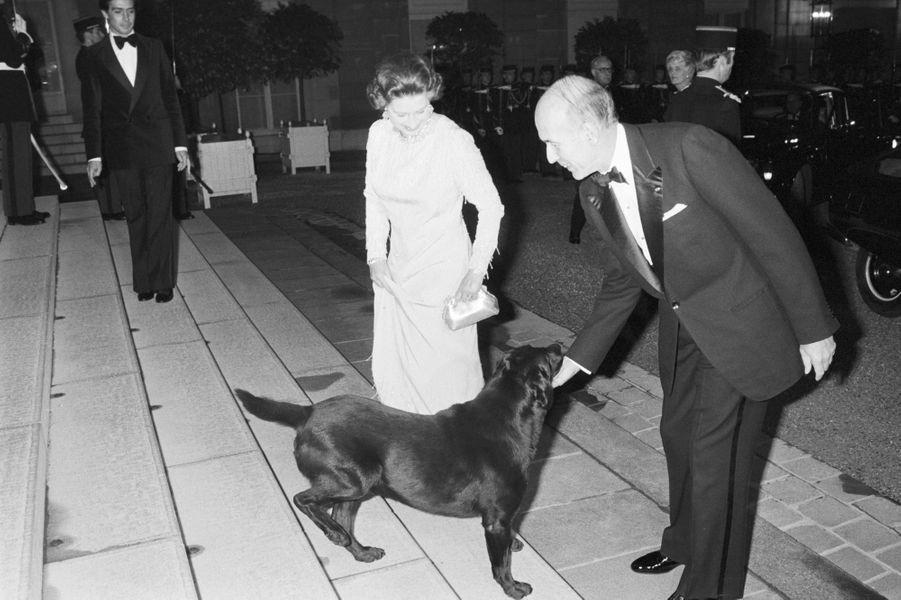 La reine Elizabeth II et Valery Giscard d'Estaing le 24 octobre 1979 au Palais de l'Elysée, avec Samba, la chienne offerte par Sa Majesté au pr