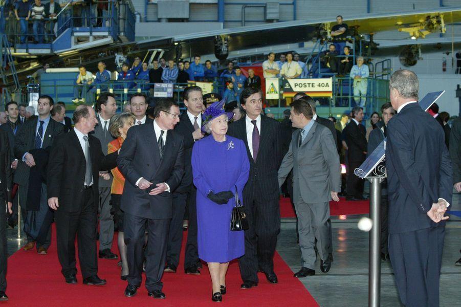 La reine Elizabeth II lors de la visite de l'usine d'assemblage Airbus à Toulouse, le 7 avril 2004.