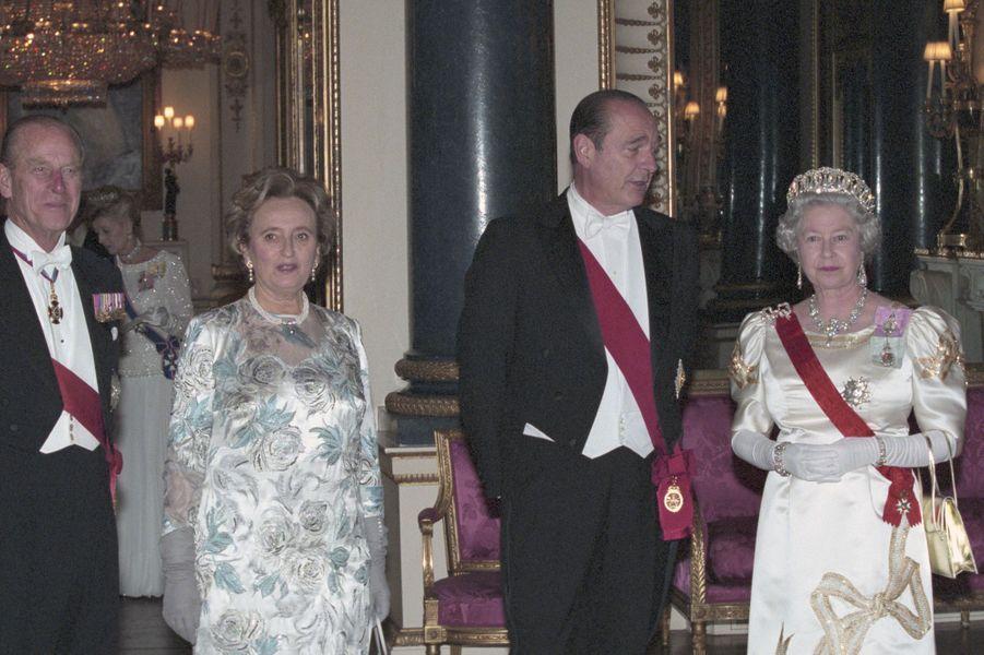 La reine Elizabeth II reçoit le président français Jacques Chirac et son épouse Bernadette, à Buckingham en mai 1996