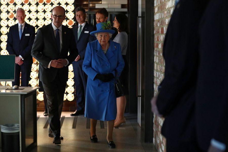 La reine Elizabeth II en visite dans les locaux historiques du GCHQ à Londres, le 14 février 2019
