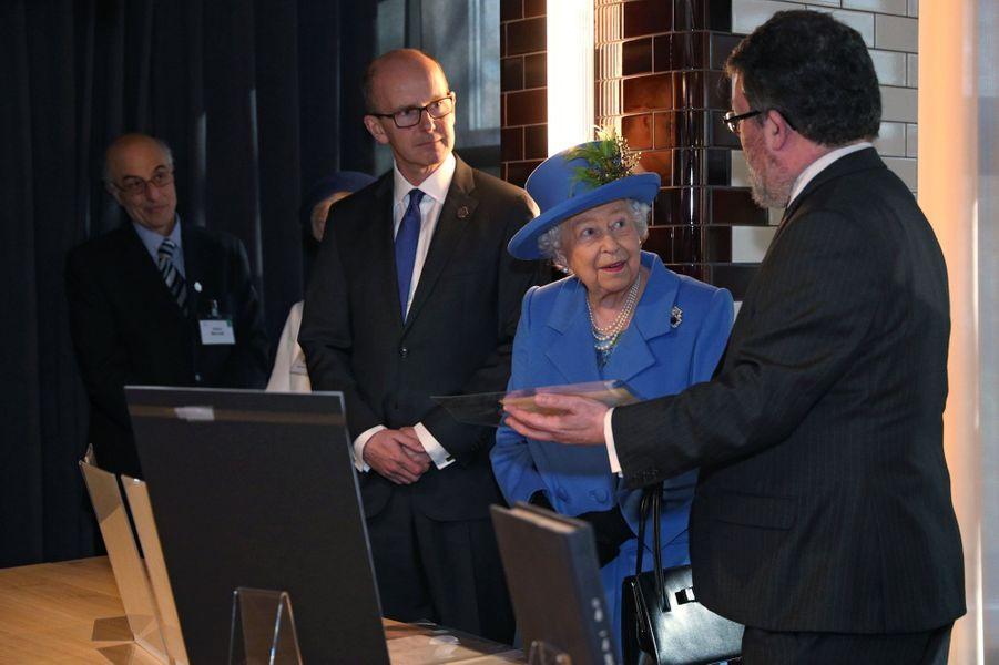 La reine Elizabeth II dans les locaux historiques du GCHQ à Londres, le 14 février 2019