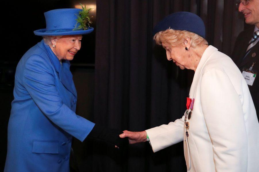 La reine Elizabeth II avec Ruth Bourne à Londres, le 14 février 2019
