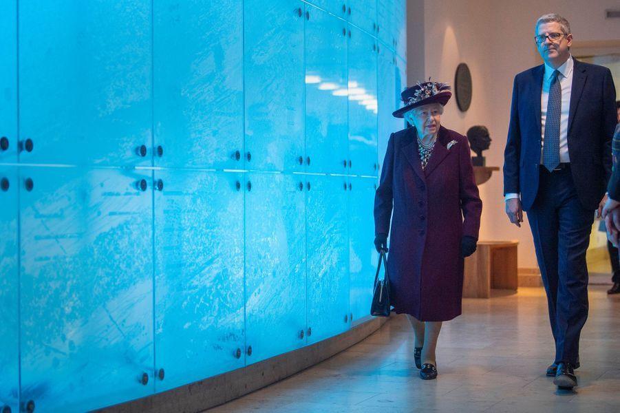 La reine Elizabeth II, dans un look prune, au siège du MI5 à Londres le 25 février 2020