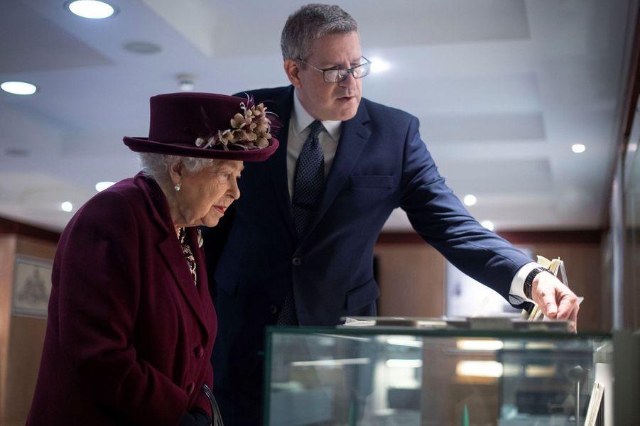 La reine Elizabeth II avec le directeur général du MI5 à Londres, le 25 février 2020