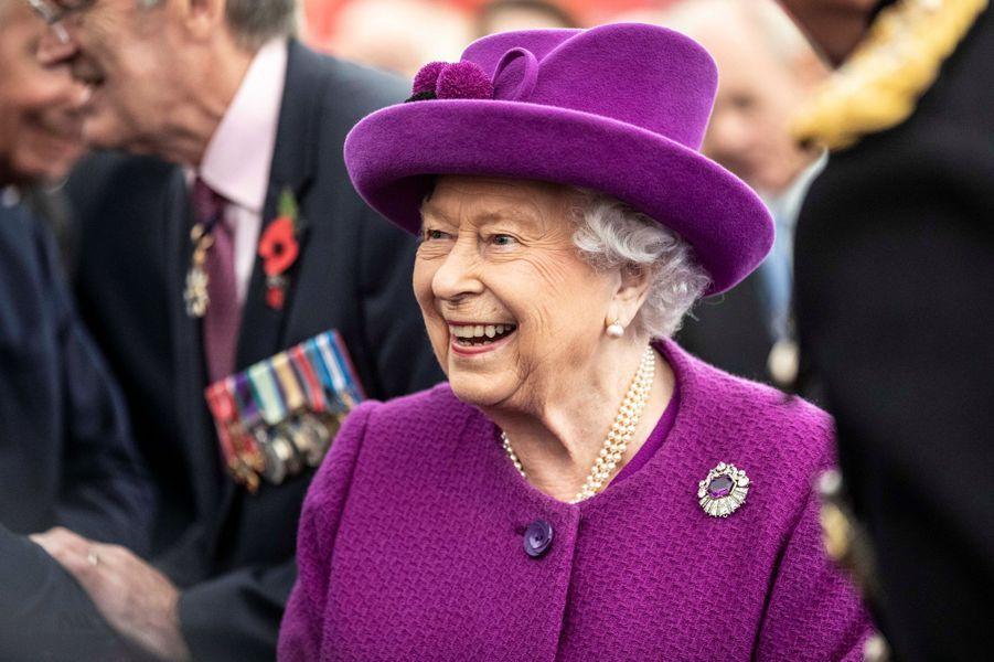 La reine Elizabeth II vêtue en violet à Aylesford, le 6 novembre 2019
