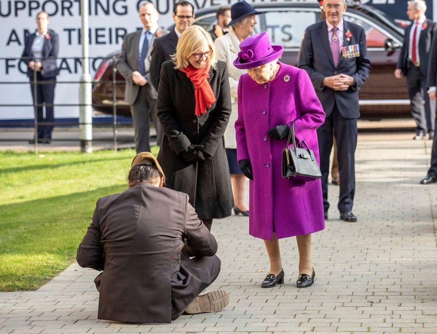 La reine Elizabeth II accueillie par un vétéran originaire des Fidji à Aylesford, le 6 novembre 2019
