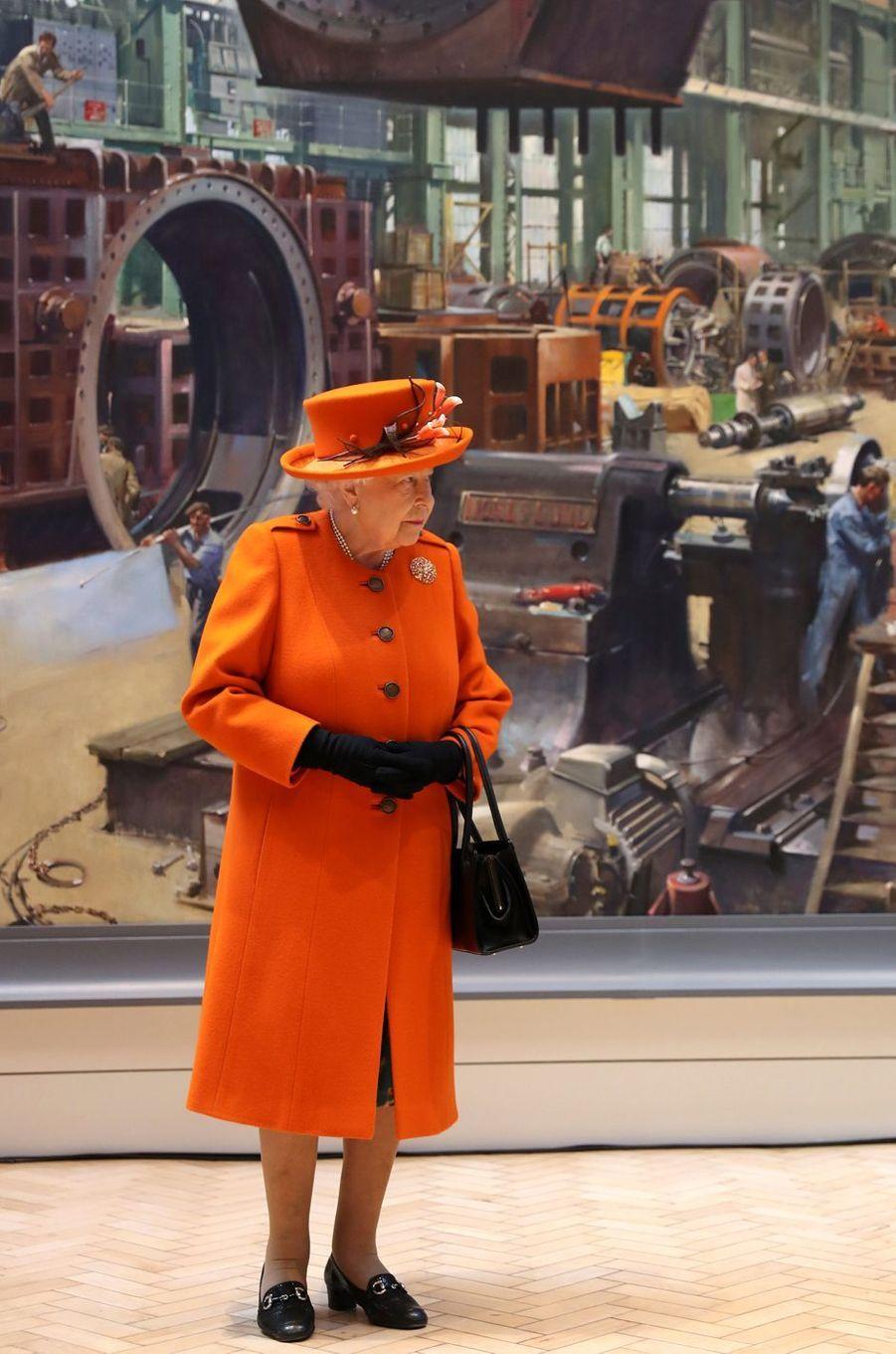 La reine Elizabeth II, en orange flamboyant, à Londres le 7 mars 2019