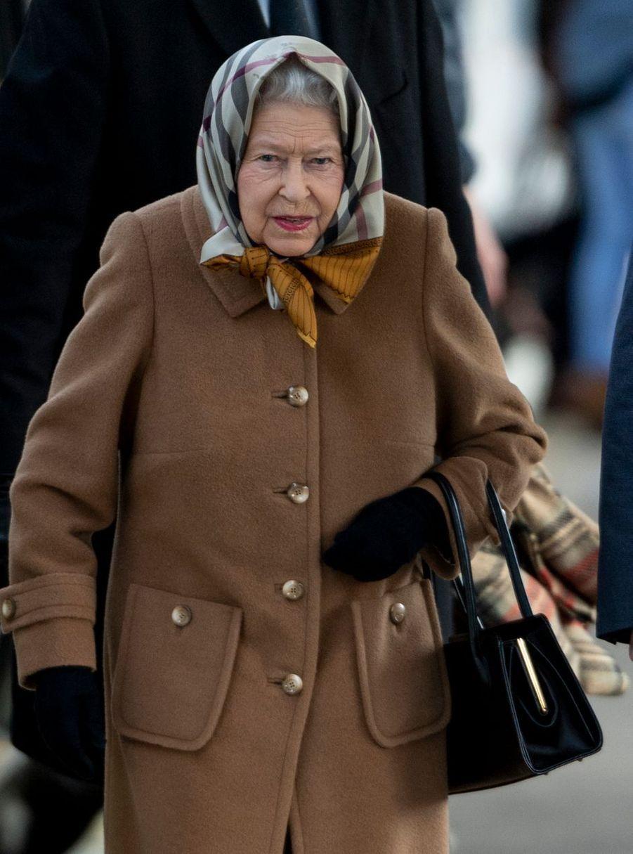 La reine Elizabeth II, coiffée d'un fichu, à la gare de King's Lynn le 20 décembre 2018