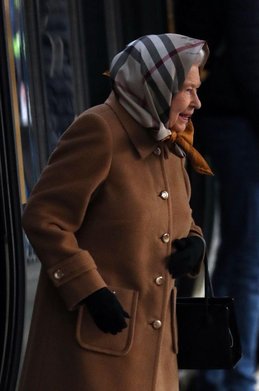 La reine Elizabeth II descend du train à la gare de King's Lynn, le 20 décembre 2018