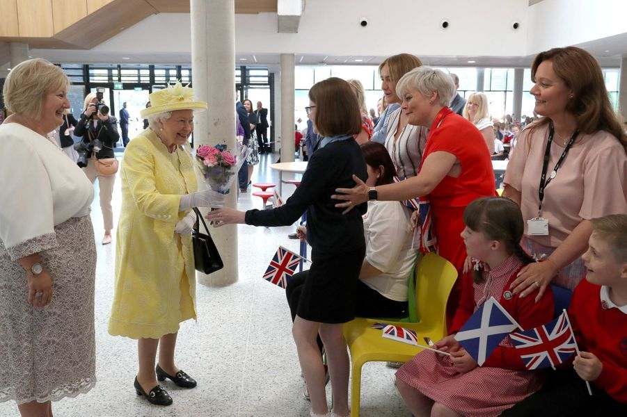 La reine Elizabeth II dans une école à Cumbernauld, le 28 juin 2019