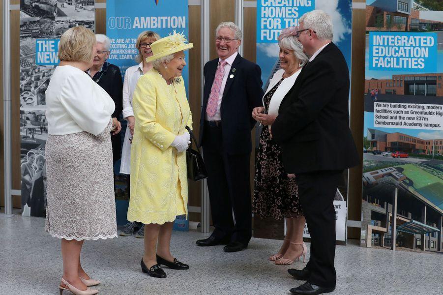 La reine Elizabeth II en jaune citron et blanc à Cumbernauld, le 28 juin 2019