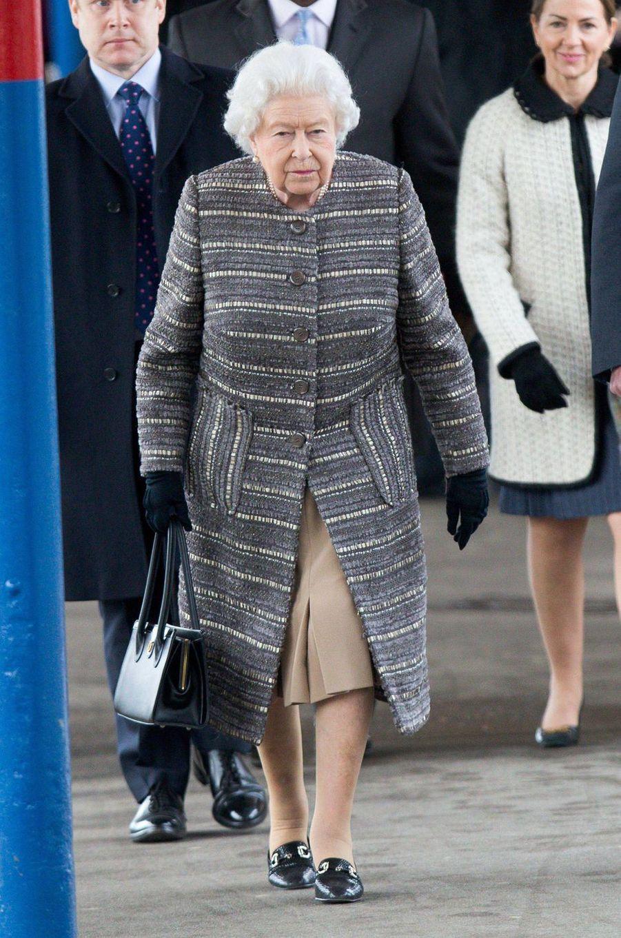 La reine Elizabeth II dans un manteau gris et crème à la gare de King's Lynn, le 11 février 2019