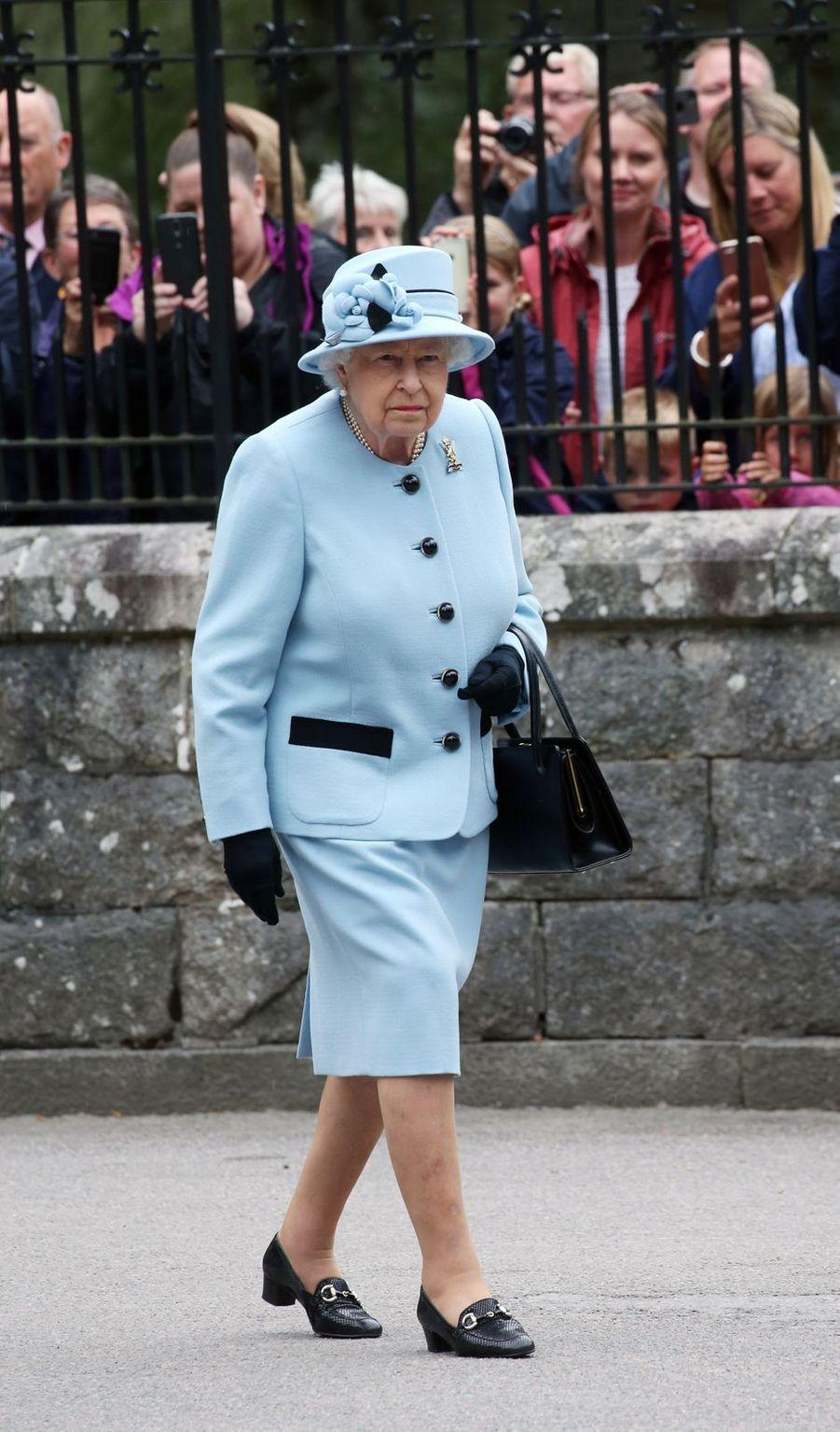 La reine Elizabeth II en bleu ciel et noir à Balmoral, le 6 août 2019