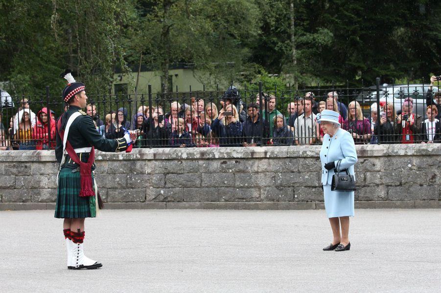 La reine Elizabeth II devant les grilles de Balmoral, le 6 août 2019