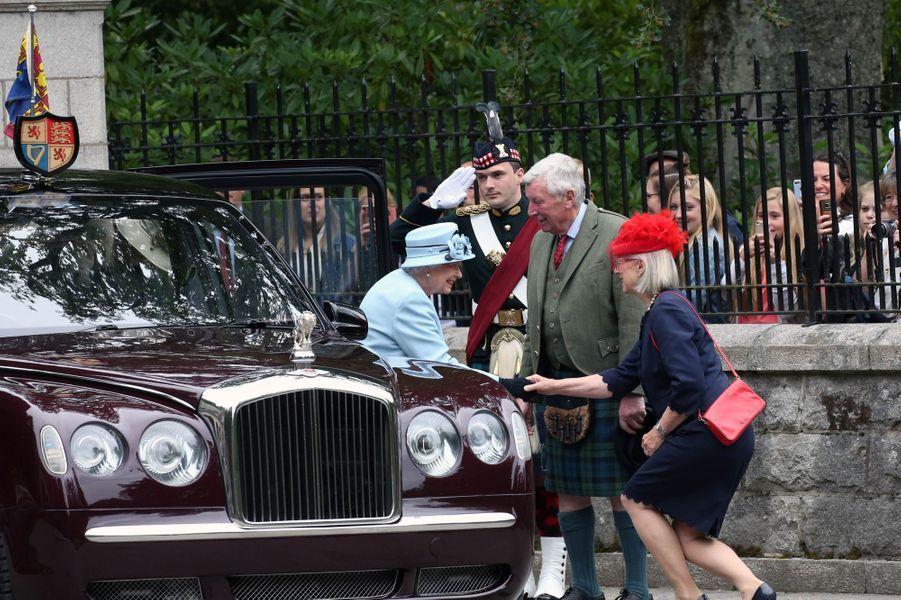 La reine Elizabeth II devant les grilles de son château de Balmoral, le 6 août 2019