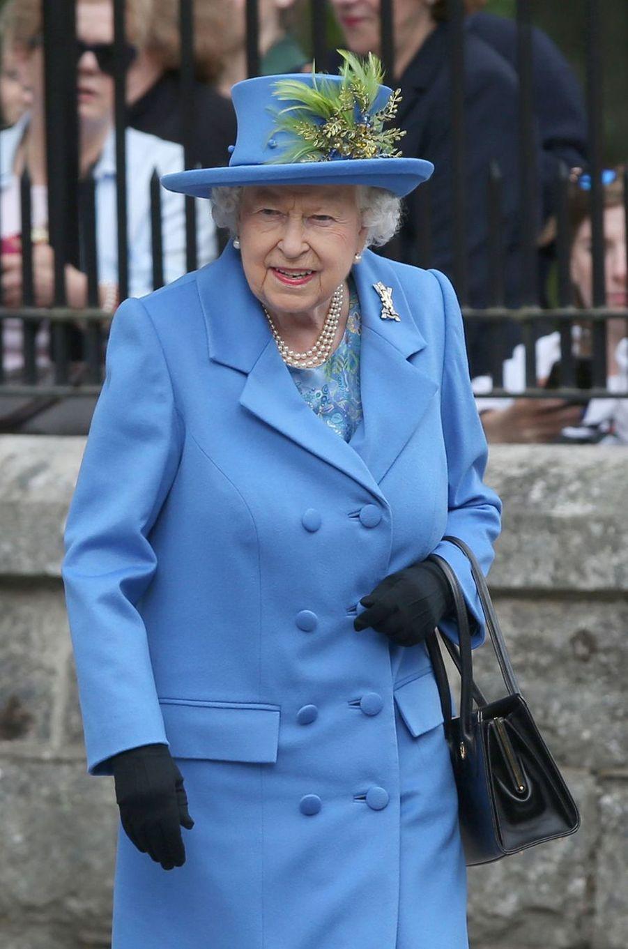 La reine Elizabeth II, en bleu ciel, devant le château de Balmoral, le 6 août 2018