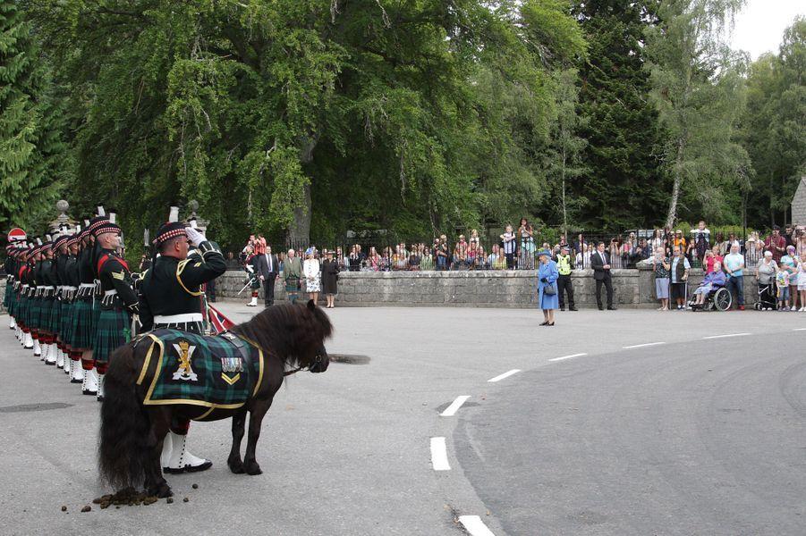 La reine Elizabeth II lors de la cérémonie marquant son arrivée au château de Balmoral, le 6 août 2018
