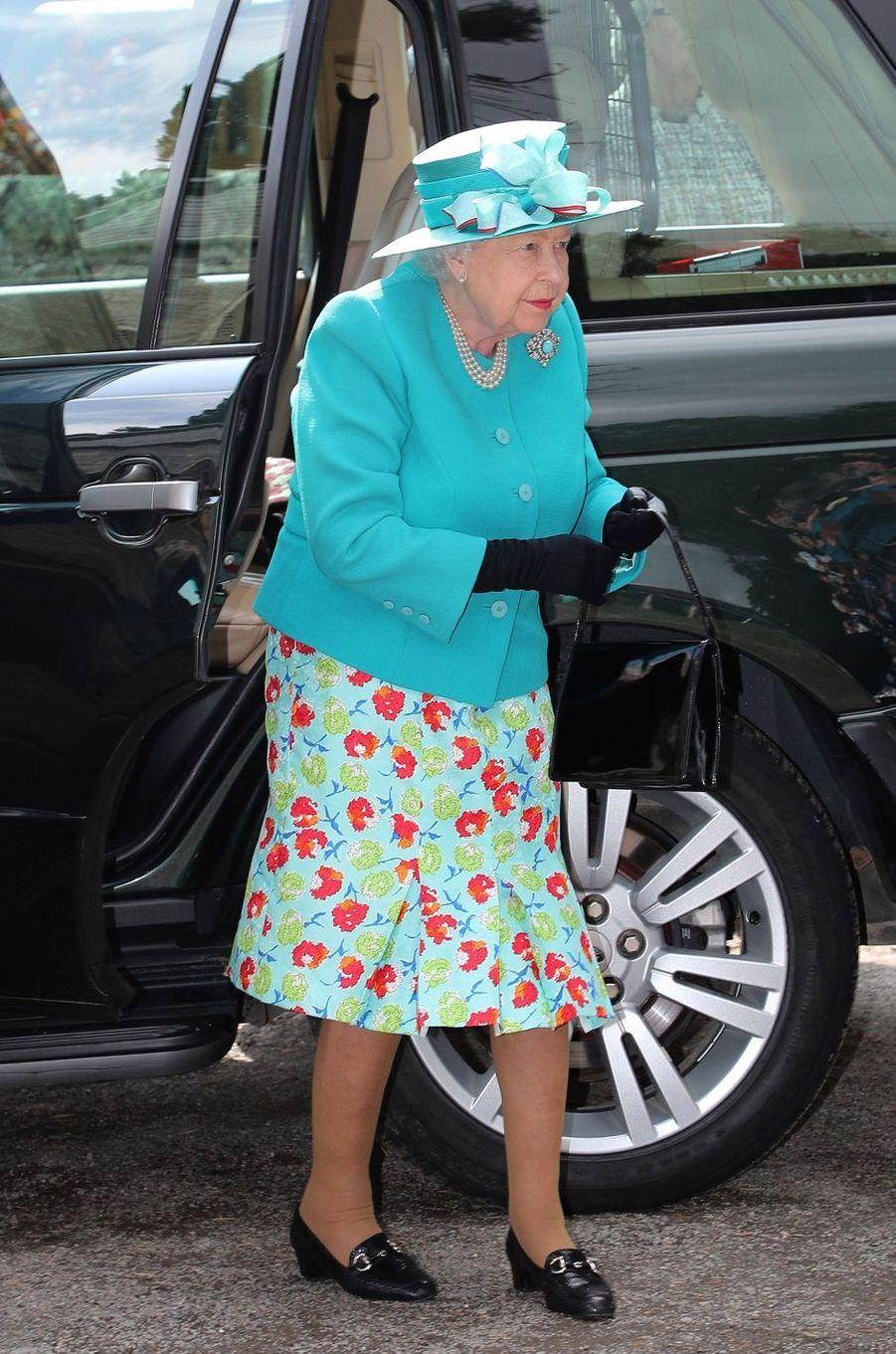 Elizabeth II fait deviner le poids de son gâteau-chapeau à une vente de charité