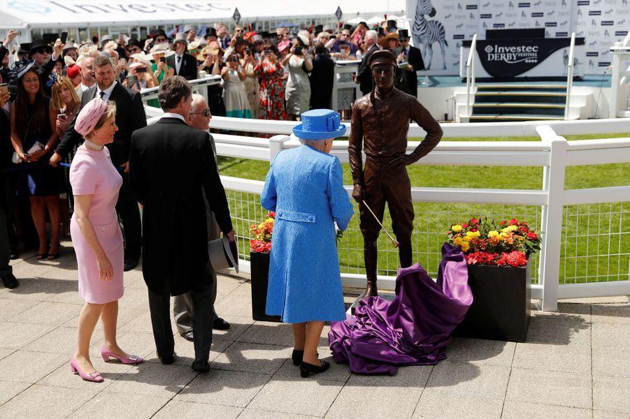 La reine Elizabeth II a dévoilé la statue de Lester Piggott au Derby d'Epsom, le 1er juin 2019