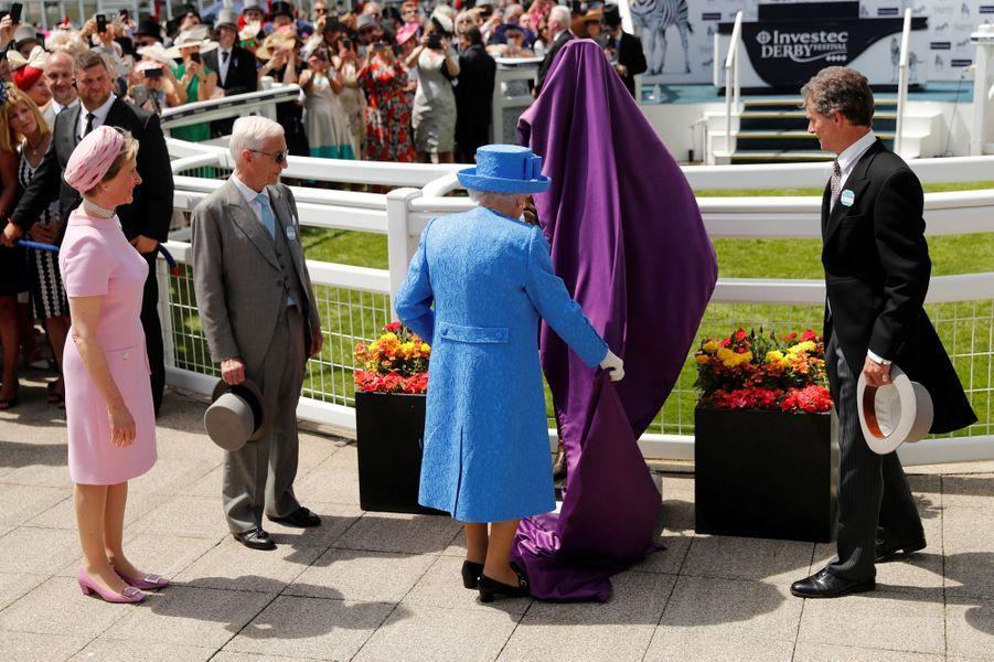 La reine Elizabeth II dévoile une statue au Derby d'Epsom, le 1er juin 2019