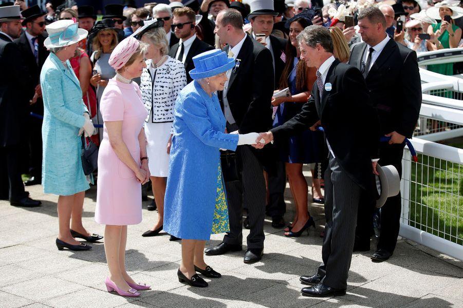 La reine Elizabeth II, en bleu, au Derby d'Epsom, le 1er juin 2019