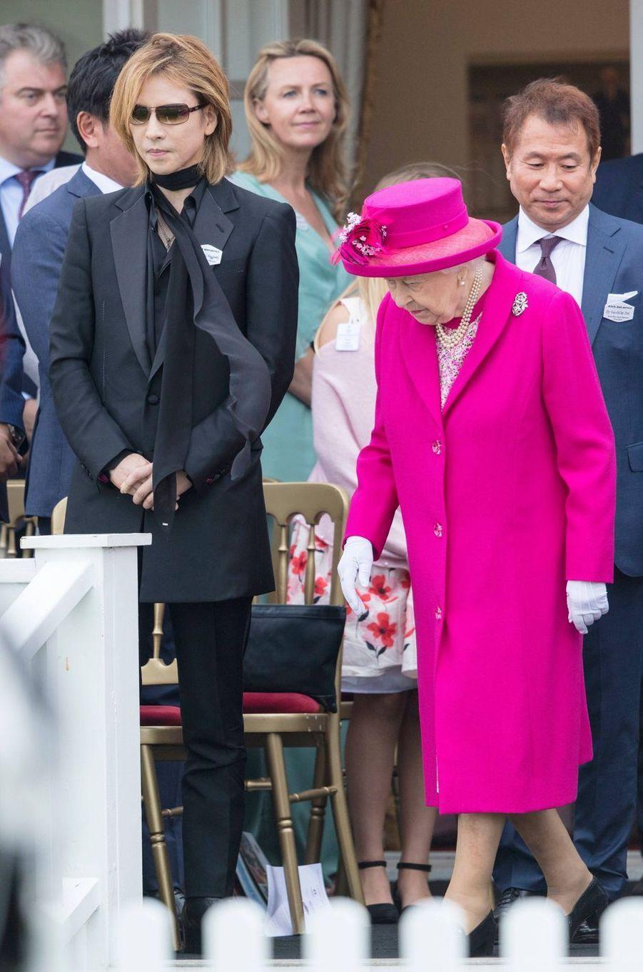 La reine Elizabeth II à Windsor avec Yoskiki du groupe de rock X Japan, le 23 juin 2019