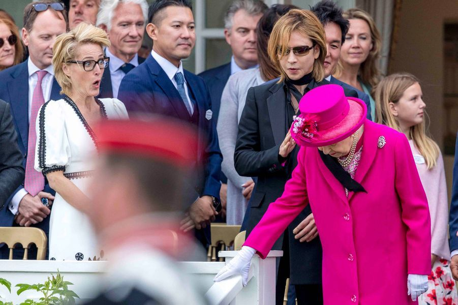 La reine Elizabeth II à Windsor avec Yoskiki du groupe de rock X Japan et Gillian Anderson, le 23 juin 2019