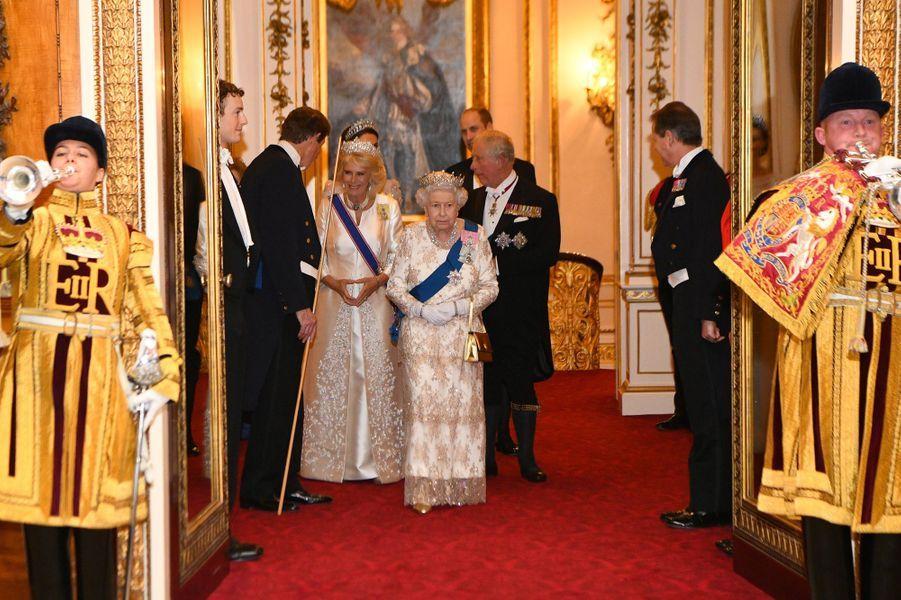La reine Elizabeth II, suivie du prince Charles et de la duchesse de Cornouailles Camilla, à Londres le 4 décembre 2018