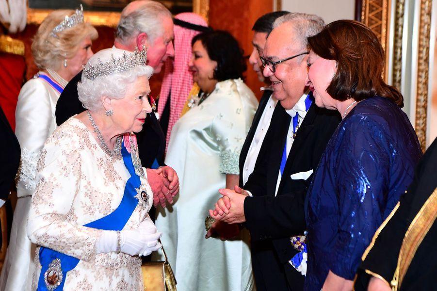La reine Elizabeth II avec le prince Charles et la duchesse de Cornouailles Camilla à Londres, le 4 décembre 2018