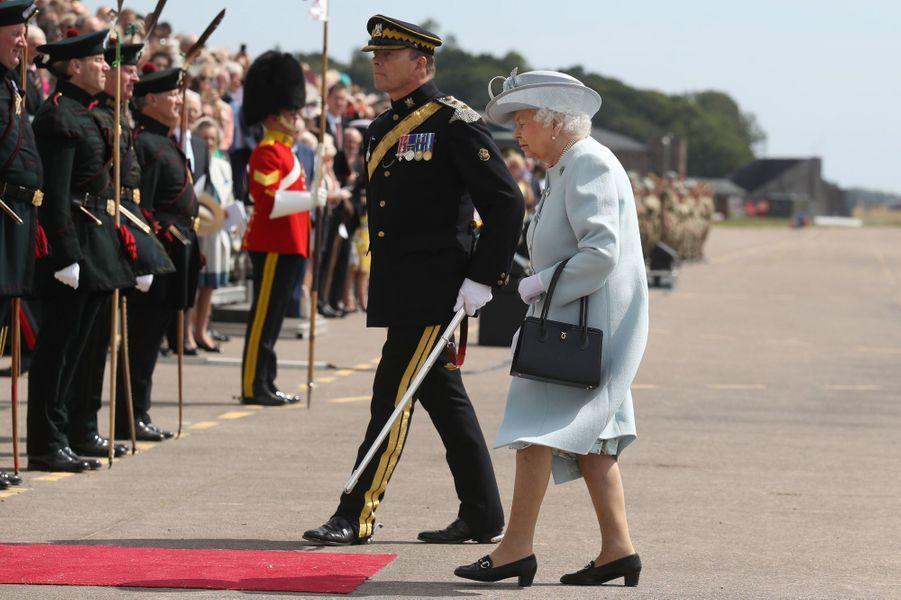 La reine Elizabeth II, en bleu ciel, à Fife le 5 juillet 2018
