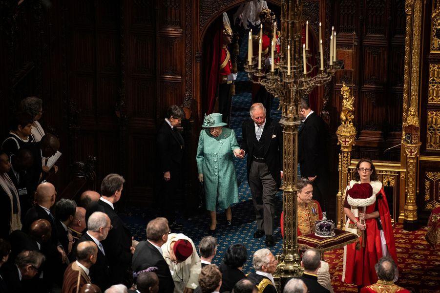 La reine Elizabeth II et le prince Charles au Palais de Westminster à Londres, le 19 décembre 2019