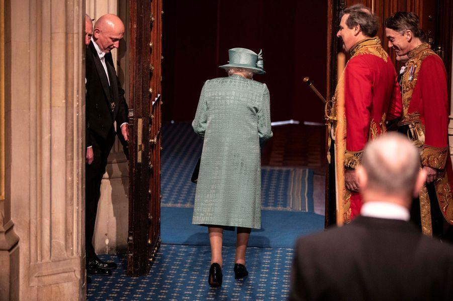 La reine Elizabeth II, de dos, au Parlement à Londres, le 19 décembre 2019