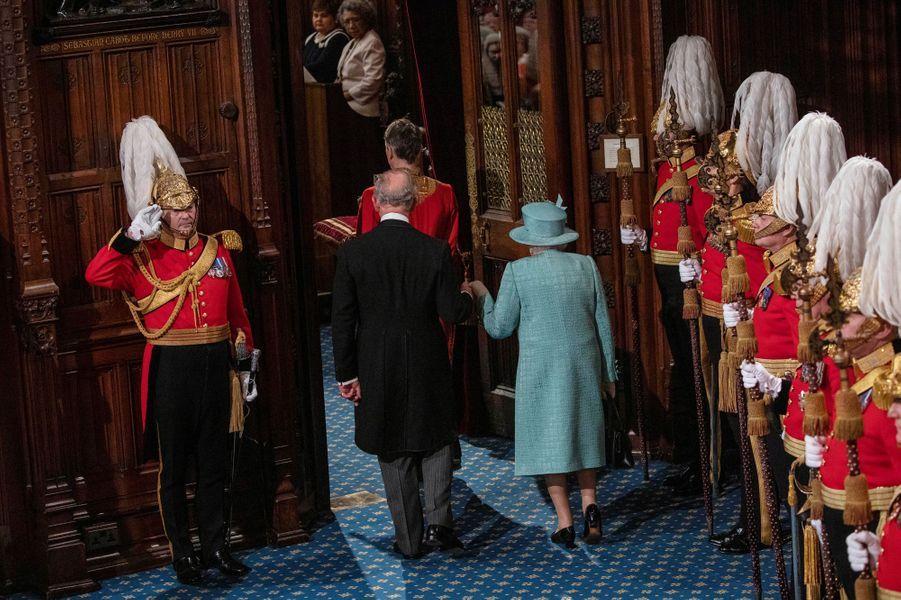 La reine Elizabeth II et le prince Charles, de dos, au Parlement à Londres le 19 décembre 2019