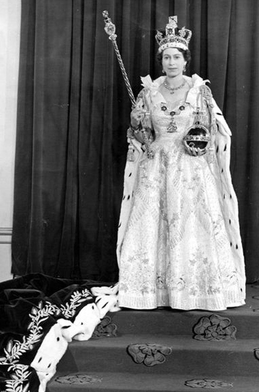 Après avoir reçu ses attributs de reine, le 2 juin 1953