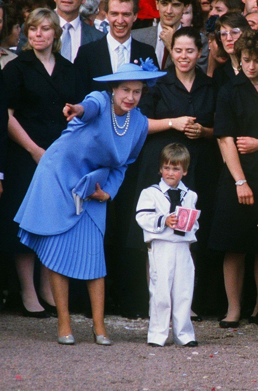 Au mariage d'Andrew et Fergie, la reine est en bleu avec le prince William