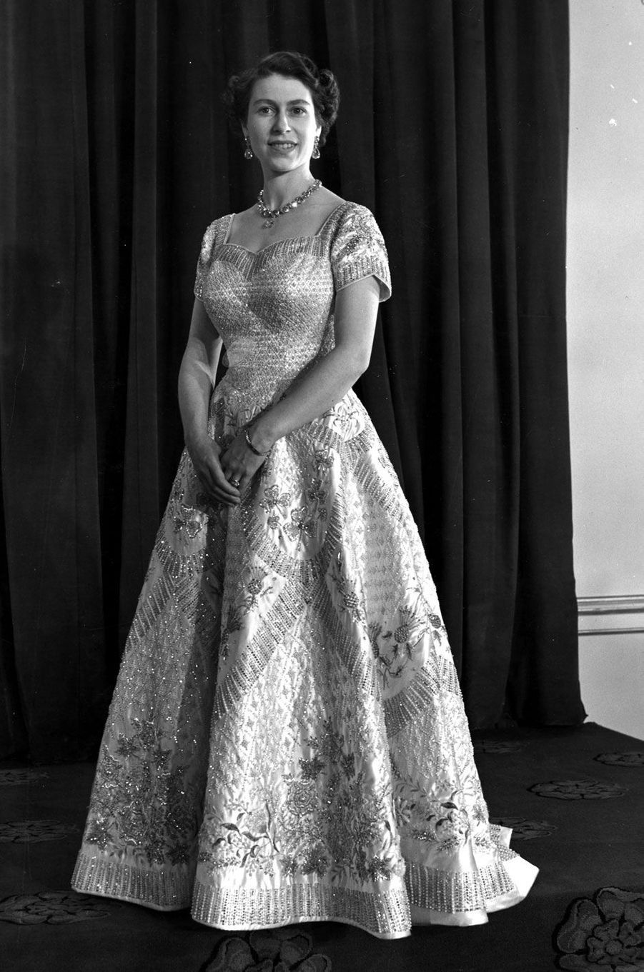Dans sa robe de couronnement, le 2 juin 1953
