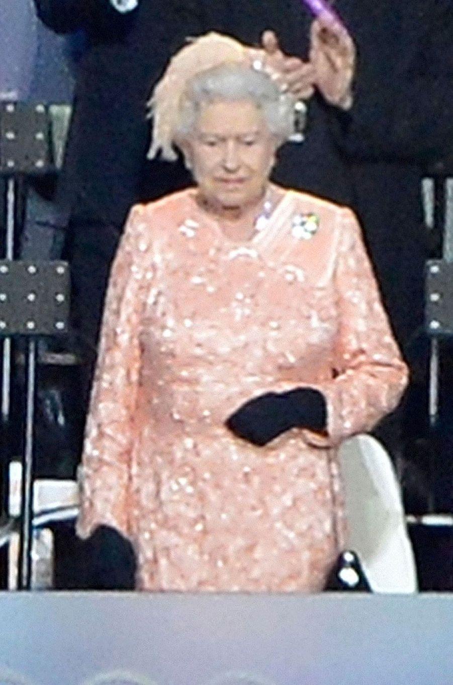 LA reine en rose pêche pour l'ouverture des Jeux Olympiques de Londres, en 2012