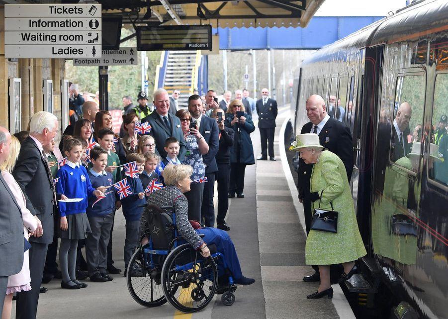 La reine Elizabeth II arrive à la gare de Castle Cary dans le Somerset, le 28 mars 2019