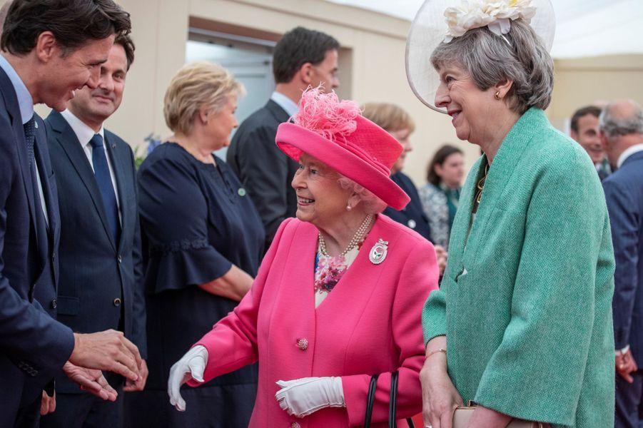 La reine Elizabeth II avec Theresa May et Justin Trudeau à Portsmouth, le 5 juin 2019