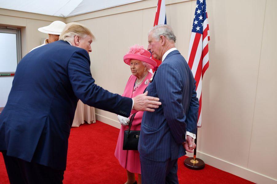 La reine Elizabeth II avec le prince Charles, Melania et Donald Trump à Portsmouth, le 5 juin 2019