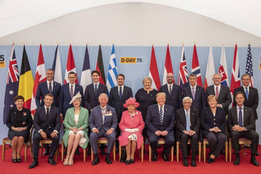 La reine Elizabeth II et le prince Charles avec les chefs d'Etat et de gouvernement présents pour le 75e anniversaire du D-Day à Portsmouth, le 5 juin 2019