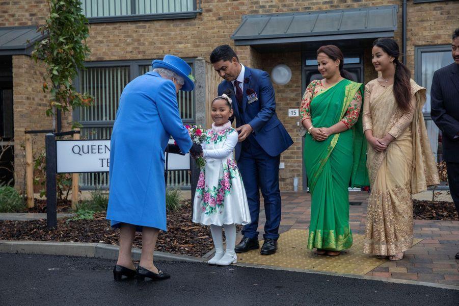 La reine Elizabeth II chaleureusement accueillie dans le quartier de Morden à Londres, le 11 octobre 2019