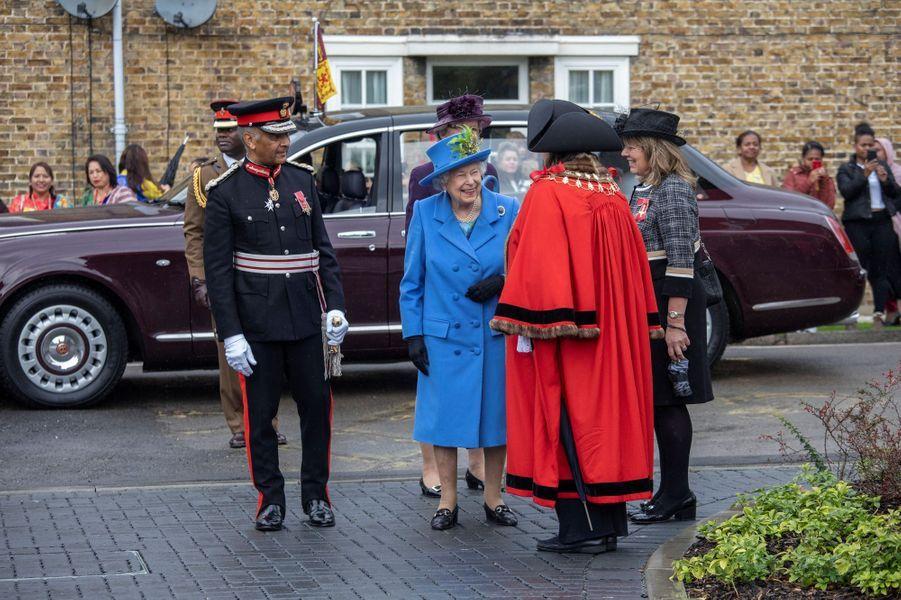 La reine Elizabeth II de sortie dans le quartier de Morden à Londres, le 11 octobre 2019