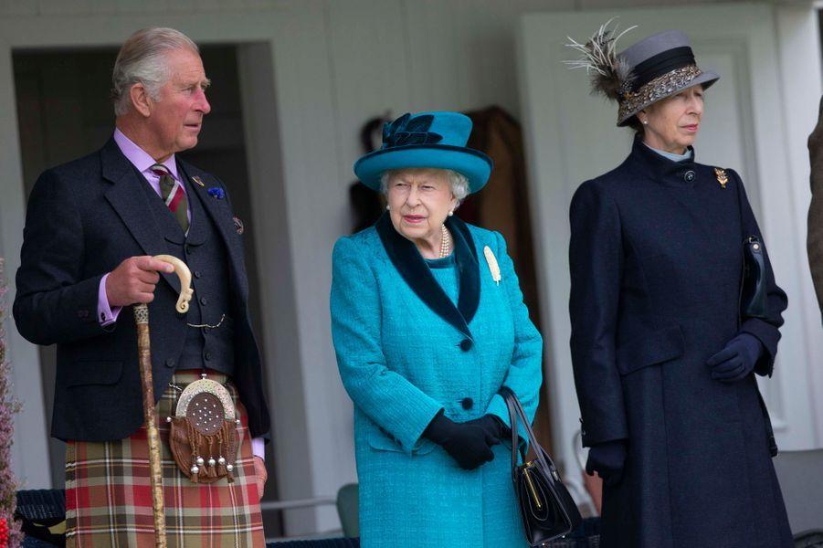 La reine Elizabeth II avec le prince Charles et la princesse Anne au Highlands Braemar Gathering, le 1er septembre 2018