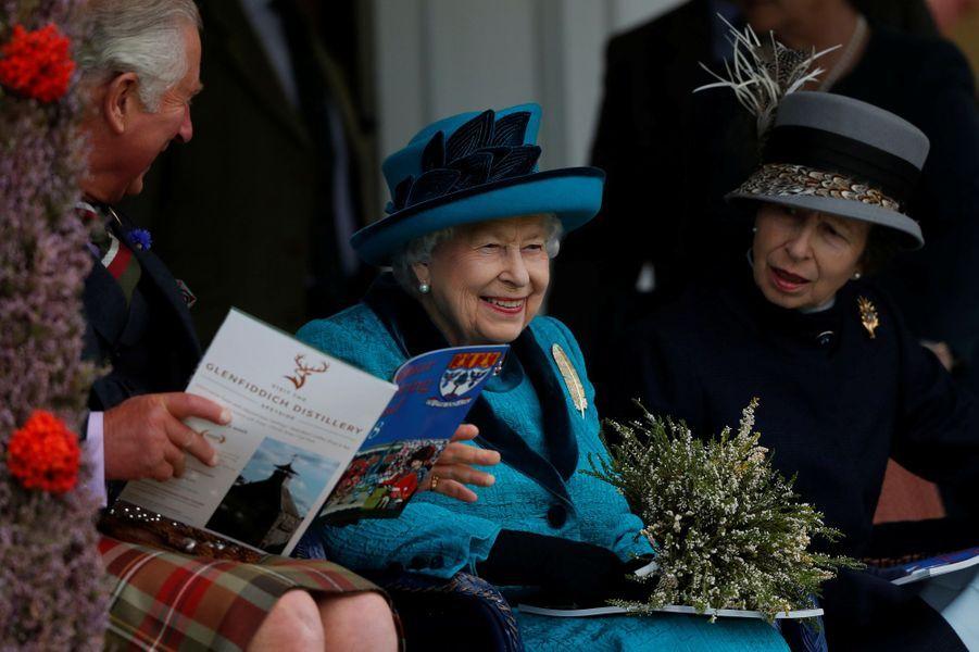 La reine Elizabeth II avec ses aînés, le prince Charles et la princesse Anne, à Braemar le 1er septembre 2018