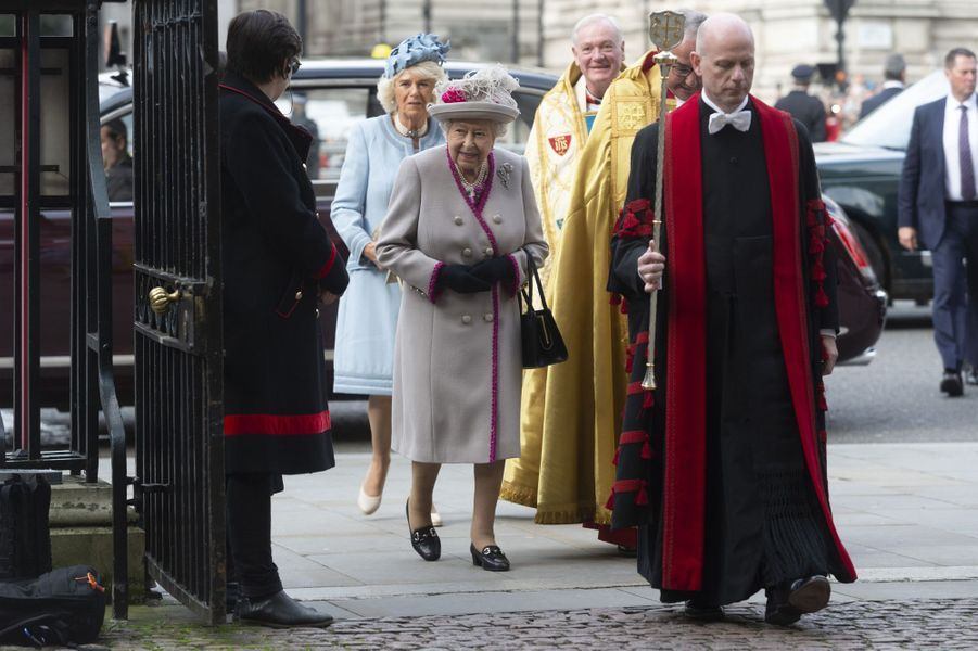 La reine Elizabeth II et sa belle-fille la duchesse de Cornouailles Camilla à leur arrivée à l'abbaye de Westminster à Londres, le 15 octobre 2019
