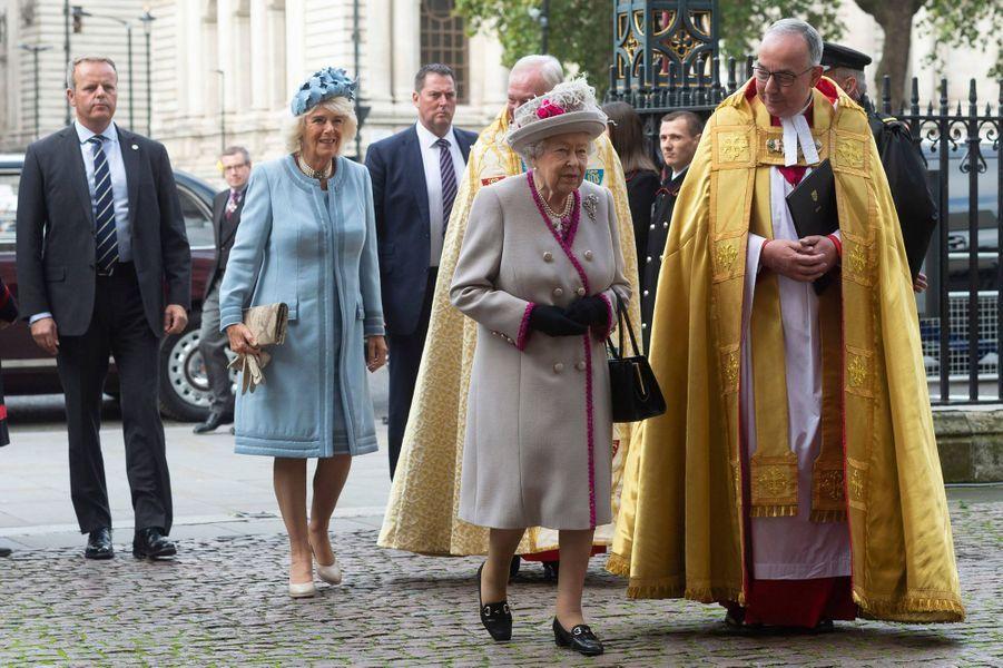 La reine Elizabeth II et sa belle-fille la duchesse de Cornouailles Camilla à l'abbaye de Westminster à Londres, le 15 octobre 2019