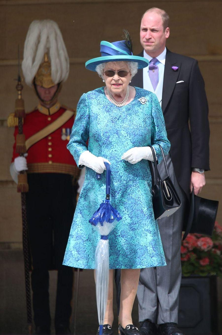 La reine Elizabeth II et le prince William dans les jardins de Buckingham Palace à Londres, le 31 mai 2018