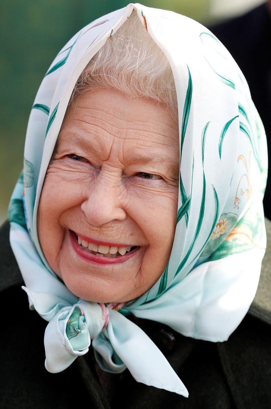 La reine Elizabeth II, coiffée d'un fichu, à la station de pompage de Wolferton, le 5 février 2020