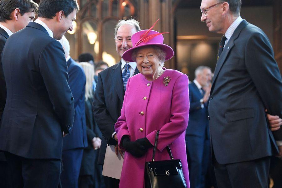 La reine Elizabeth II, en rosefuchsia à Londres, le 13 décembre 2018
